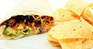 Burrito et pommes chips de plaque Photos libres de droits