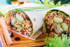 Burrito, Mexicaans voedsel, bloemtortilla met chili con carne vult royalty-vrije stock foto