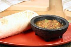 Burrito mexicano com molho fresco fotos de stock royalty free