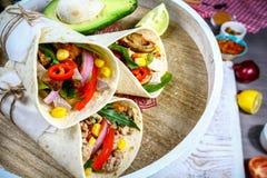 Burrito-, mexikan- och Tex-Mex mat, mjöltortilla med den fyllande closeupen för chili con carne på träskrivbordet arkivfoton