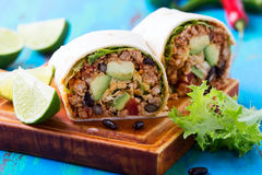 Burrito, mexikanisches Lebensmittel, Mehltortilla mit chili con carne-Fülle Lizenzfreies Stockfoto