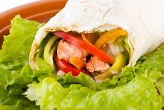 Burrito mit Lachsen, Pfeffern und Tomate lizenzfreie stockfotografie