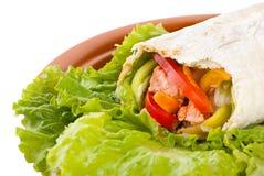 Burrito mit Lachsen, Pfeffern und Tomate stockfotografie
