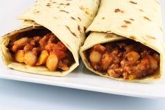 Burrito mit Rindfleisch, Bohnen und Tomaten lizenzfreie stockfotos