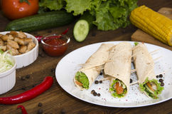 Burrito sul piatto su fondo di legno Fotografia Stock
