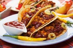Burrito van het chili con carne in tacoshell stock afbeeldingen