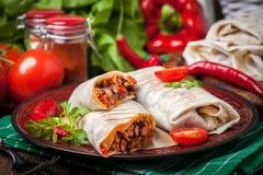 Burritos που γεμίζουν με τον κιμά, το φασόλι και τα λαχανικά Στοκ Εικόνα
