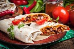 Burritos που γεμίζουν με τον κιμά, το φασόλι και τα λαχανικά Στοκ Εικόνες