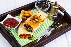 Burritos con las verduras en la bandeja de madera Fotografía de archivo libre de regalías
