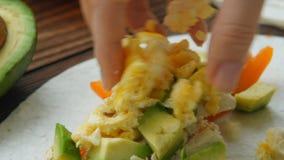 Burritos del desayuno del congelador servidos en la tortilla de maíz almacen de metraje de vídeo