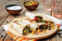 Burritos della quinoa del fagiolo nero del cereale di pepe Immagini Stock Libere da Diritti