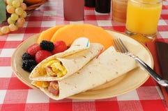 Burritos do pequeno almoço com fruta imagens de stock royalty free