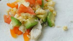 Burritos hechos en casa del desayuno del congelador con el pollo y las verduras almacen de metraje de vídeo