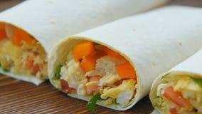 Burritos listos del desayuno del congelador metrajes