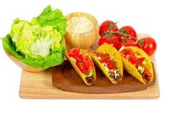 Burritos mexicanos con los ingredientes Fotografía de archivo libre de regalías