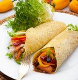 Burritos mexicanos en el plato blanco fotografía de archivo libre de regalías
