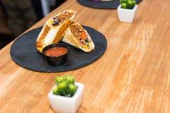 Burritos mexicanos tradicionales hermosos de la comida con la carne y el vegeta Fotografía de archivo