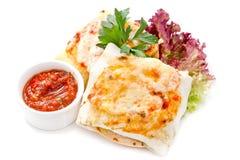 Burritos mit Soße und Kräutern Lizenzfreies Stockfoto