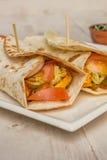 Burritos wypełniający z kurczakiem, pieprzami, ryż i pomidorem, zdjęcie royalty free