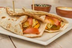 Burritos wypełniający z kurczakiem, pieprzami, ryż i pomidorem, zdjęcia royalty free
