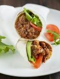 Burritos wypełniający z mięsem i warzywami Obrazy Stock