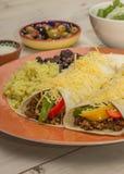 Burritos wypełniający z zmieloną wołowiną i pieprzami obraz stock