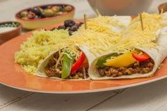 Burritos wypełniający z zmieloną wołowiną i pieprzami obrazy royalty free