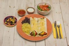 Burritos wypełniający z zmieloną wołowiną i pieprzami nakrywającymi z serem, fotografia stock