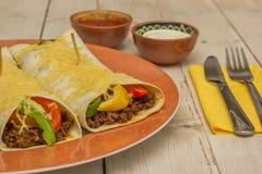 Burritos wypełniający z zmieloną wołowiną i pieprzami nakrywającymi z serem, fotografia royalty free