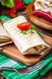 Burritos wypełniali z mięsem, fasolą i warzywami minced, Zdjęcia Stock