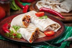 Burritos wypełniali z mięsem, fasolą i warzywami minced, Fotografia Royalty Free