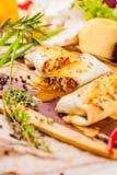 Burritos wypełniali z mięsem i warzywami na drewnianej desce Zdjęcie Royalty Free