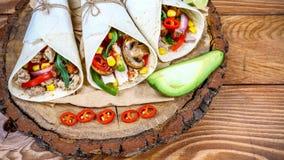 Burritos z minced mięsnych i świeżych warzyw zakończeniem na stole pojęcia straty ciężar fotografia stock