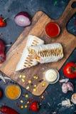 Burritosomslagen met geroosterde vlees en groenten - peper, tomaten en graan royalty-vrije stock foto's