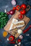 Burritosomslagen met geroosterde vlees en groenten - peper, tomaten en graan stock afbeeldingen