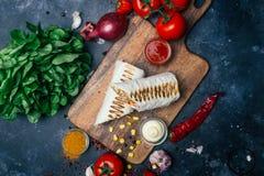 Burritosomslagen met geroosterde vlees en groenten - peper, tomaten en graan royalty-vrije stock fotografie