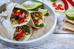 Burritosomslagen met rundvlees en groenten op houten rustieke achtergrond Rundvleesburrito, Mexicaans voedsel, plaats voor tekst royalty-vrije stock afbeeldingen