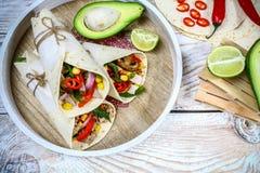 Burritossjalar med nötkött, champinjoner, finhackar och grönsaker på en träbakgrund Nötköttburrito, mexikansk mat sund mat fotografering för bildbyråer
