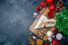 Burritosverpackungen mit gegrilltem Fleisch und Gemüse - Pfeffer, Tomaten und Mais lizenzfreies stockfoto