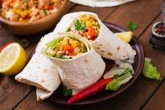 Burritosverpackungen mit Hühnerfleisch stockfotos