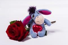 Burro de la felpa con una rosa y un corazón fotos de archivo