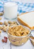 Burro di arachidi con i dadi ed il bicchiere di latte immagini stock libere da diritti