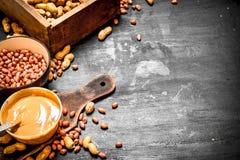 Burro di arachidi con i dadi in una ciotola Immagine Stock