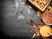 Burro di arachidi con i dadi in una ciotola Immagine Stock Libera da Diritti