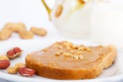 Burro di arachidi cremoso sul pane tostato del pane Fotografia Stock Libera da Diritti