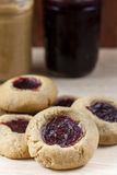 Burro di arachidi e Jelly Cookies del lampone Fotografie Stock
