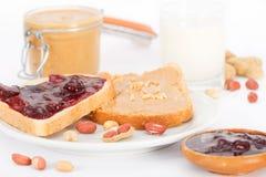 Burro di arachidi & panino alla marmellata e bicchiere di latte Fotografia Stock