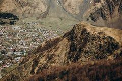 Burrone della città sotto la cresta dell'alta montagna Immagini Stock