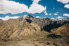 Burrone della città sotto la neve della cresta dell'alta montagna Fotografia Stock