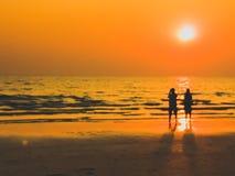 Burry in einem Traumrahmenmann- und -frauenanblick, der auf dem Strand w sieht stockbilder